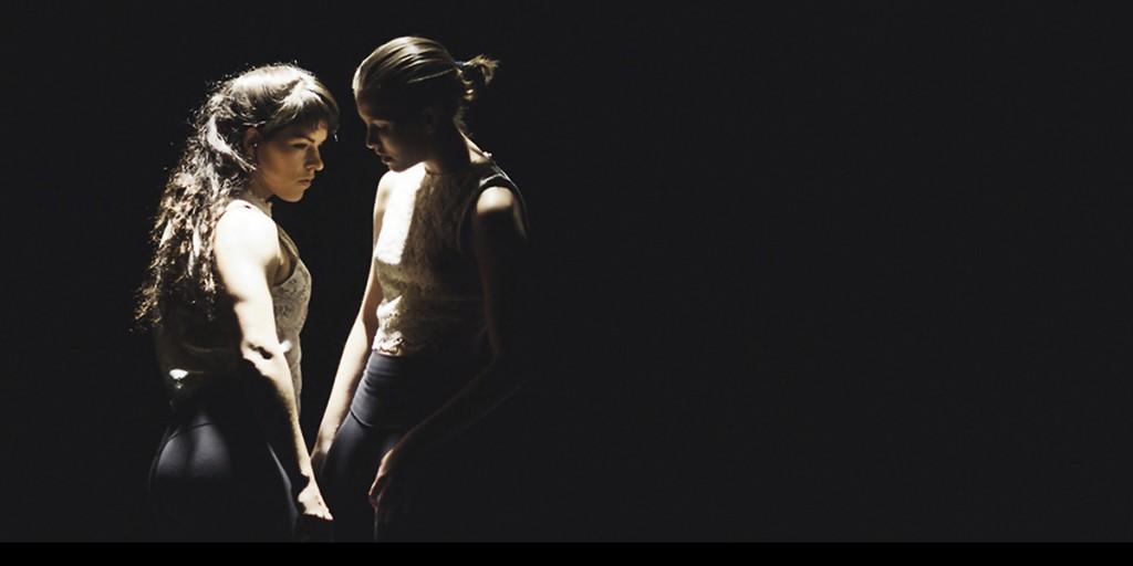 Apprivoiser, une chorégraphie de Fannie Côté. Sur la photo : Julia-Maude Cloutier et Sarah Morin. La petite scène - Cycle Féminin. Photo Maryon Desjardins.
