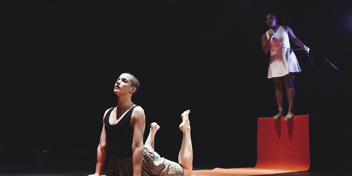 Tapis rouge ou gloire à tout ce qui tombe, une chorégraphie de Karine Ledoyen. Sur la photo : Geneviève Robitaille et Aïcha N'Diaye. La Petite scène - Cycle Féminin. Photo Maryon Desjardins.