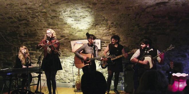 Le groupe Les Poules à Colin, lors du pré-lancement de leur album Ste-Waves le 9 octobre dernier, dans le cadre des Rendez-vous ès TRAD 2014, le festival d'arts traditionnels de Québec. Photo Archives CVPV