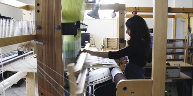 Le tissage jacquard rallie les fondements du tissage traditionnel et l'avènement de la technologie dans la création. Il permet à l'artisans de créer des compositions visuelles élaborées en tissage et d'y intégrer des motifs complexes, des dessins et des images numériques. Photo Terry BOUTON