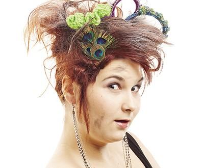 Érika SOUCY, duchesse du Vieux-Québec 2013 (Revengeance des duchesses), qui porte une couronne tricotée par le Collectif Colifichet. Voir page 26. Photo Colifichet