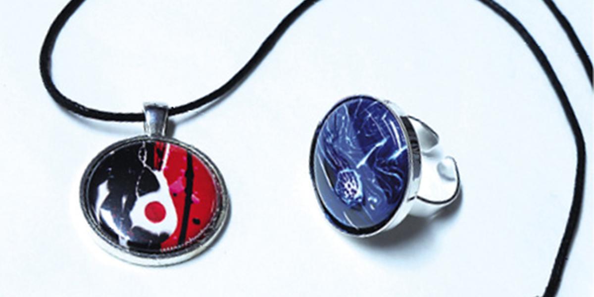 Sur la photo (de gauche à droite) : bijoux tirés des œuvres « 500 désirs », 2013, acrylique sur toile, 4 x 4 po; «Europa», 2013, acrylique sur toile, 4 x 4 po. Photo Emmanuelle BRETON et Stéphanie CLOUTIER