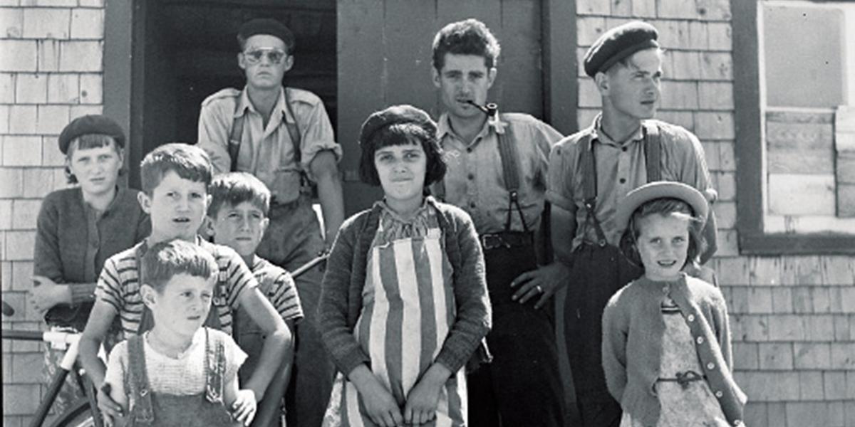 Lida MOSER, la famille du conteur Pierre Pilote, aux Éboulements, 1950. BAnQ Québec