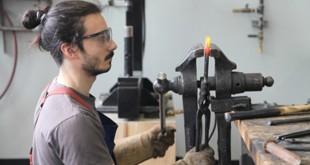 Thomas Bessette, étudiant en sculpture à la Maison des métiers d'art de Québec. La technique représentée est la forge. Photo Terry Bouton