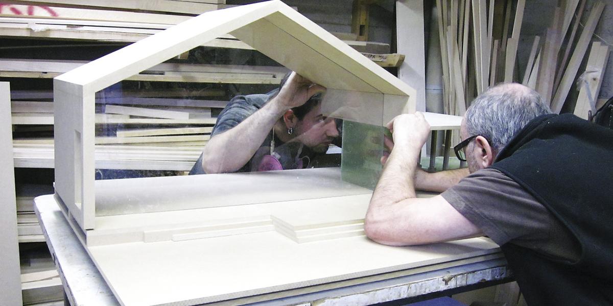 Antonio De Braga et Frédérik Lévesque travaillant sur un contrat de maquette dans l'atelier de menuiserie. Photo Audrey Careau