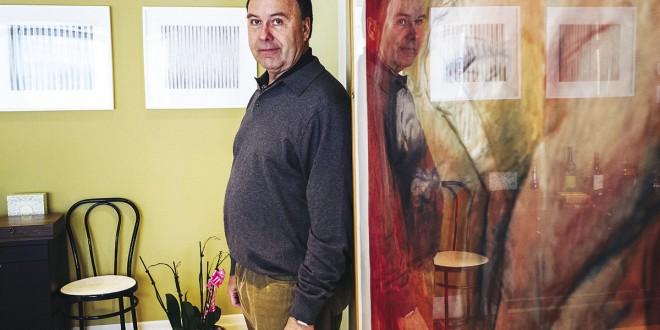 Marc BELLEMARE à son cabinet, devant les œuvres de Marcel MAROIS (à gauche) et Betty GOODWIN (à droite). Photo Renaud Philippe
