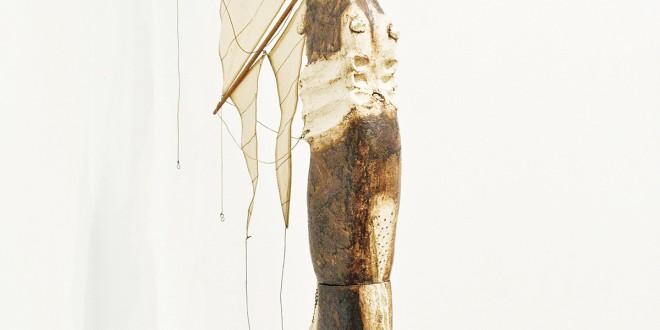 À la dérive, 2011. Grès, oxyde, voile, bois, cordes, chaîne, clé, 57 (haut) x 20 x 5,5 po. Photo Isabelle Houde