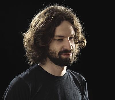 Pierre-Olivier Fréchet-Martin et son instalation immersive intitulé SYSTÈME 0.48b. Photo Jean-François Gravel