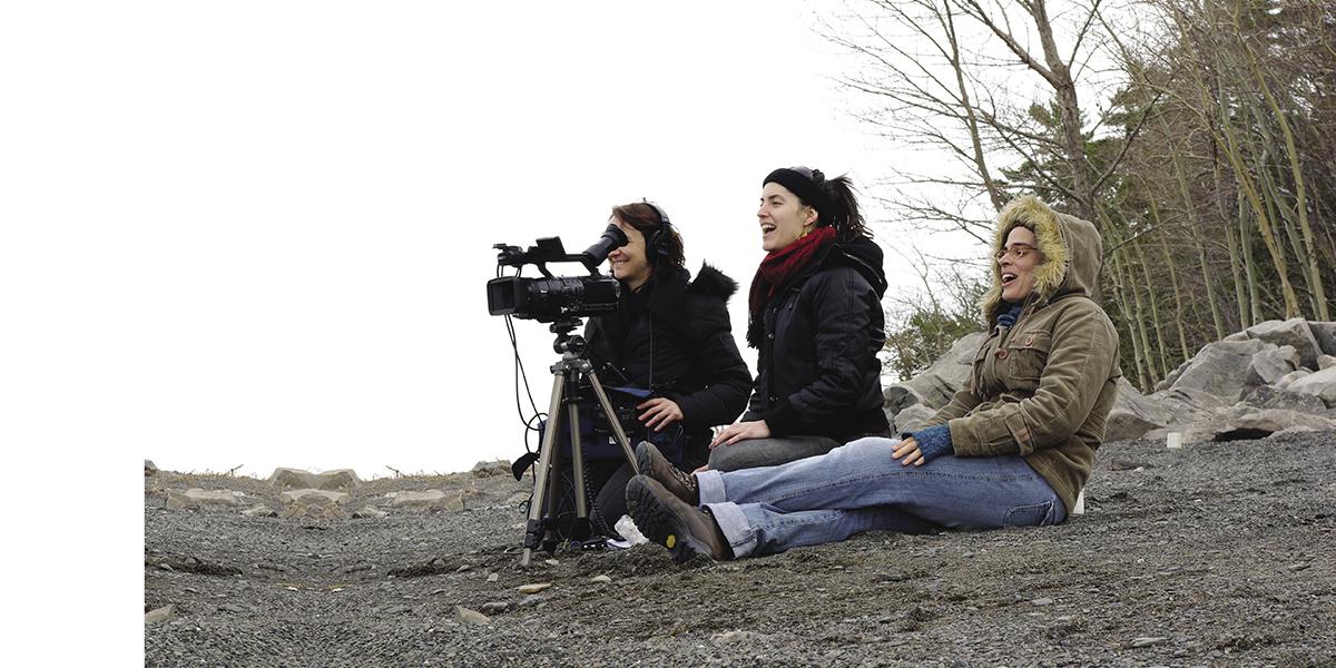 Tournage du film Le prêtre et l'aventurier, 2010. Katie Gagnon, Isabelle Duval et Hélène Voyer. Courtoisie Vidéo Femmes.