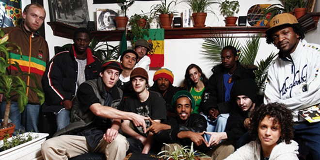 De gauche à droite : Papi, Eshira, Neto, Chiko, Oio, Mapaleaf, Daddy Rushy, Kenlo, Momo, Jah Fya, Jahzta, Fanny, Zaparo. Photo © Guillaume D. Cyr