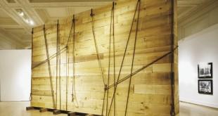 INSTALLATIONS. À GRANDE ÉCHELLE. Dominique Blain, Monuments, 1997-1998. Émulsions sur film marouflées sur toile, bois et corde. Coll. MNBAQ, don anonyme, 1997.219. © Dominique Blain. MNBAQ, Jean-Guy Kérouac.