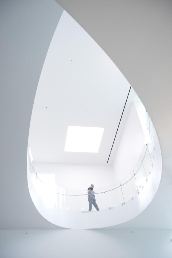 Le grand escalier du MNBAQ compte 79 marches / 4 sections, dont 3 sections de 15 m de long avec 37 éléments de verre courbé. 22 juin 2016. Crédit photo : Jean-François Gravel.