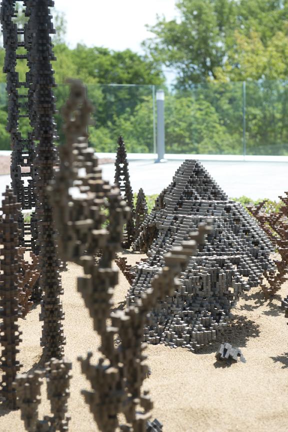 Sur la terrasse de la Fondation Monique et Robert Parizeau, du 3e étage, loge l'oeuvre « Le Jardin du sculpteur », en bronze, de Patrick COUTU. 22 juin 2016. Crédit photo : Jean-François Gravel.