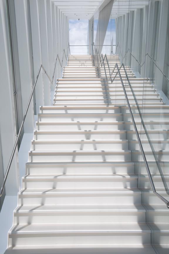 Le nouveau pavillon Pierre Lassonde possède des escaliers où pénétre la lumière. Le 22 juin 2016. Crédit Jean-François Gravel.