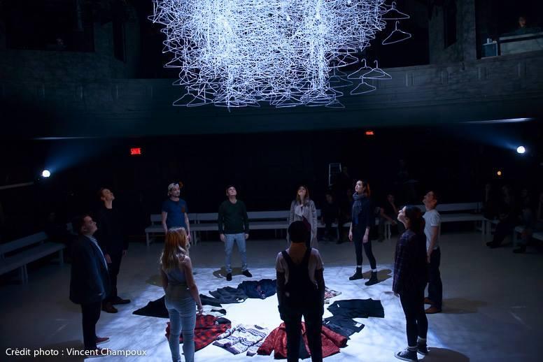 Scène finale d'Entre autres, mettant en scène les dix finissants du Conservatoire d'art dramatique de Québec. (Crédits photo: Vincent Champoux)