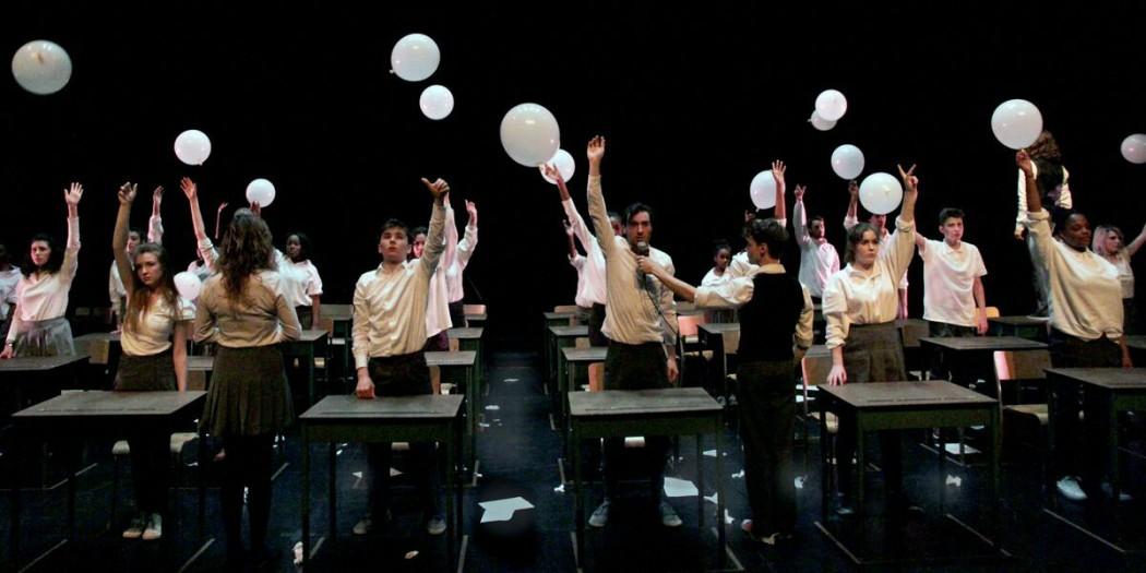 Album de finissants est une production de Matériaux Composites et de Pirata Théâtre qui met en scène un choeur d'élèves du secondaire ainsi que cinq comédiens professionnels. (Crédits : Marie-Eve Fortier)