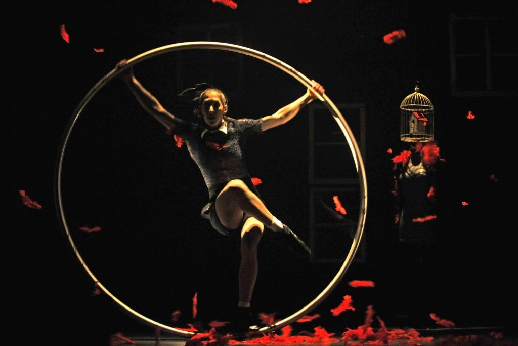 """Extrait du spectacle """"fen(^)tre"""" du Cirque Les Improbables. Crédit photo : Louise Leblanc."""