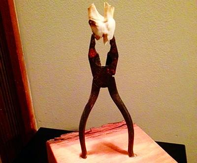 Il y a tout un programme autour de la menterie. En 2015, ce volet se déroulera du 27 au 29 mars à la galerie d'art Baron Lafrenière. Sous forme de joutes contées comprenant des menteries et des vérités abracadabrantes, le public pourra se laisser entraîner dans cet univers de faux semblants. Galerie Baron Lafrenière : 66, Sault-au-Matelot, Québec.